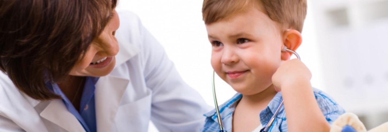 pediatra con niño en consulta