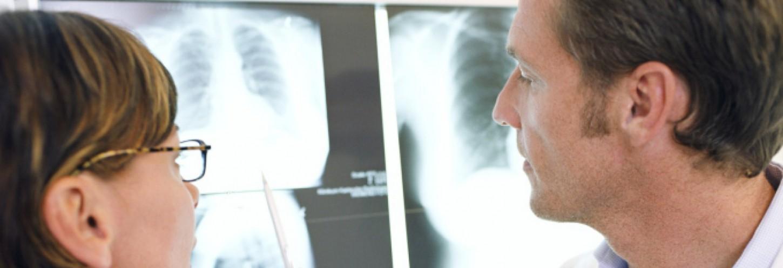 dos médicos comentando radiografía
