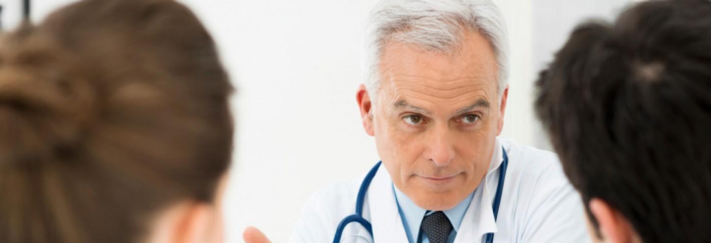 médico hablando con pacientes